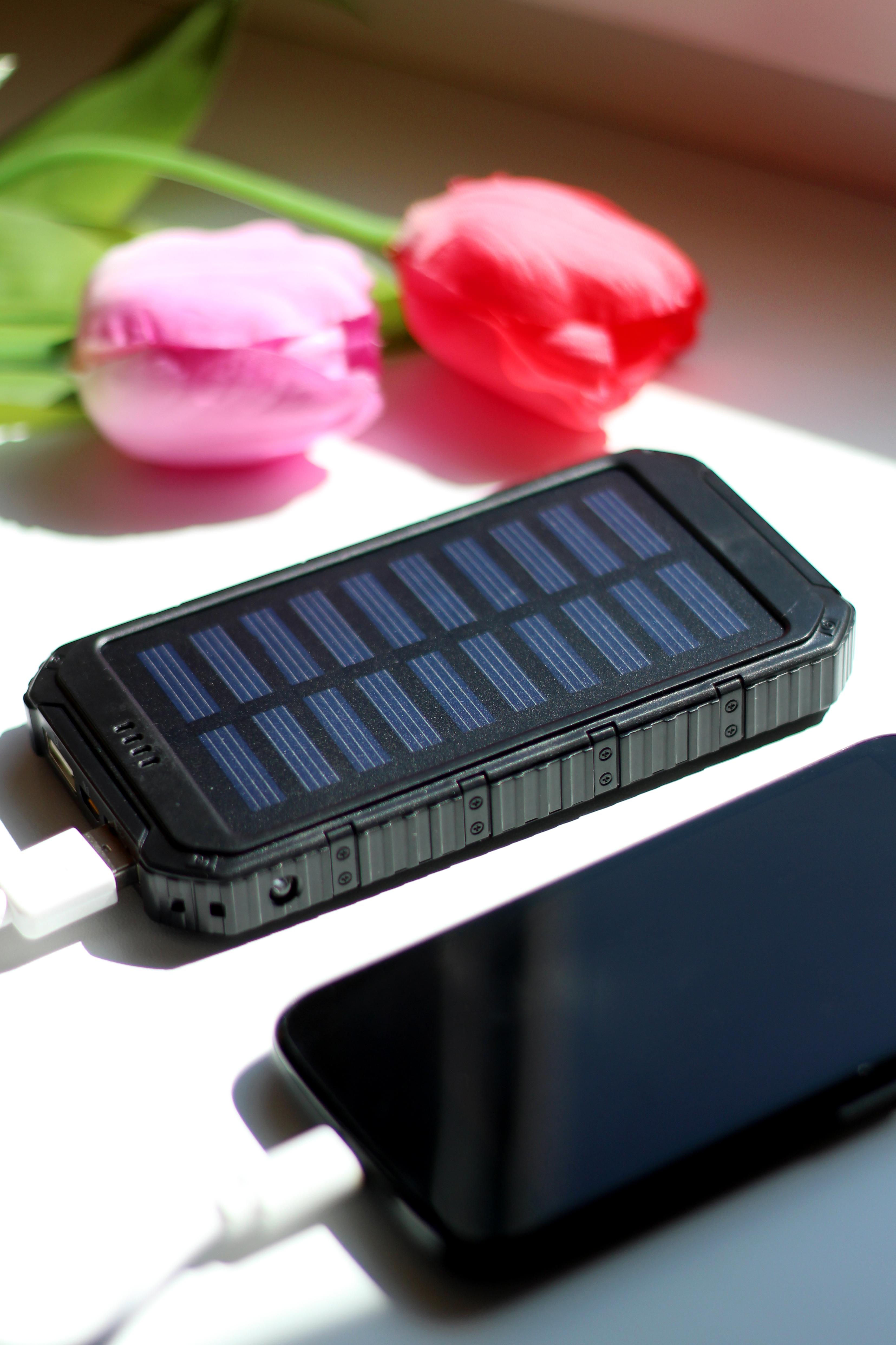 Solarny power bank się ładuje
