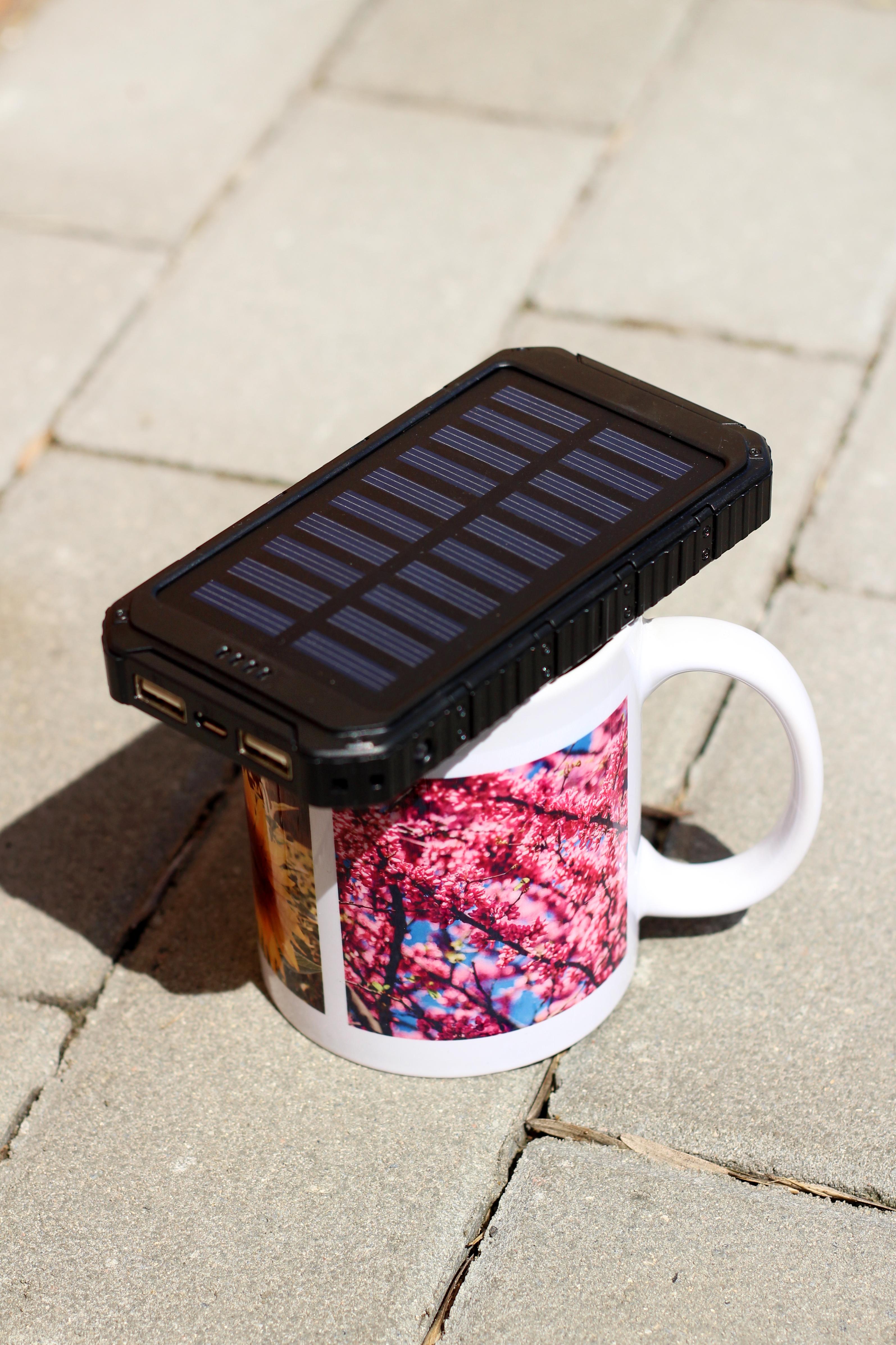 Solarny power bank ładowany przez promienie słoneczne